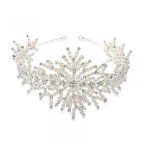 Tiara ou porta coque com ricos detalhes de pérolas e cristais swarovski